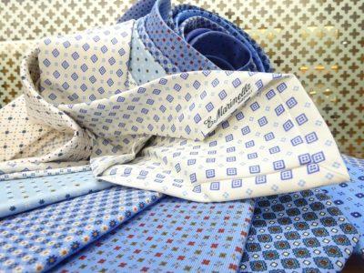 【TIES】これからの季節におすすめ!ホワイト&ブルー系のシルクプリント小紋タイ。